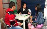 Atención a población migrante venezolana. Estudiante atendiendo a una pareja conformada por un hombre y una mujer embarazada,